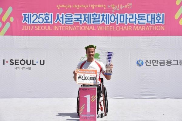 사진3_풀마라톤 우승자 마르셀허그.JPG