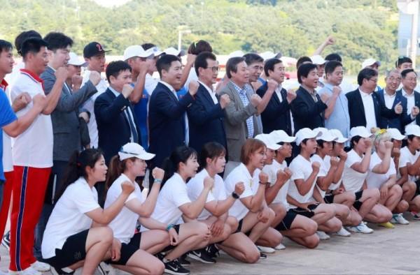 아시안게임 남북단일팀 합동전지훈련 격려(충주 조정경기장 7.31).jpg