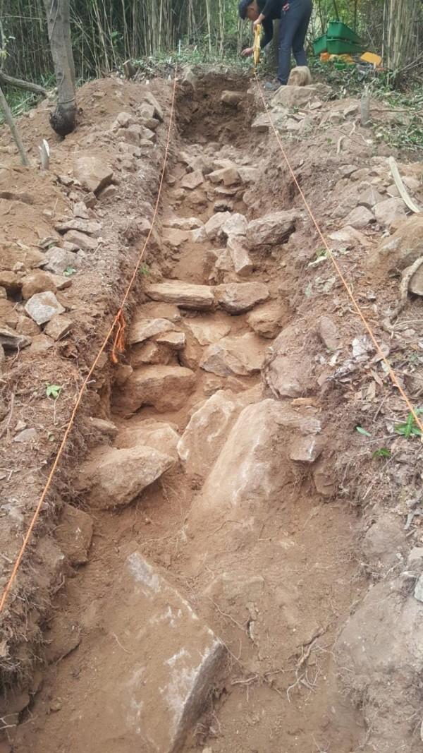 [크기변환]잠애산 정상부 동쪽 하단 조사 중에 발견된 채움석으로 판단되는 석재.jpg