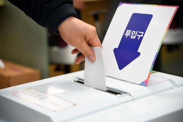 [크기변환]사진 01 - 제2회 전국동시조합장선거 투표함 투입.JPG