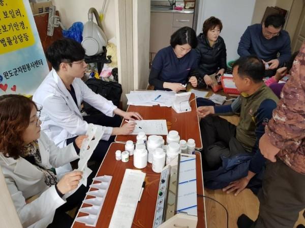 [크기변환]완도군은 지난 20일 소안면 당사도를 시작으로 종합자원봉사활동을 펼쳤다. 사진은 의료봉사 실시하는 모습.jpg
