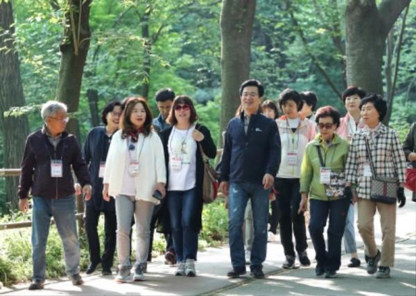 [크기변환]허태정 시장, 사정공원에서 토요산책_대전여성단체협의회 (1).jpg