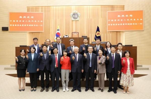 [크기변환]1005 구이저우성 대표단 본회의장 방문.JPG