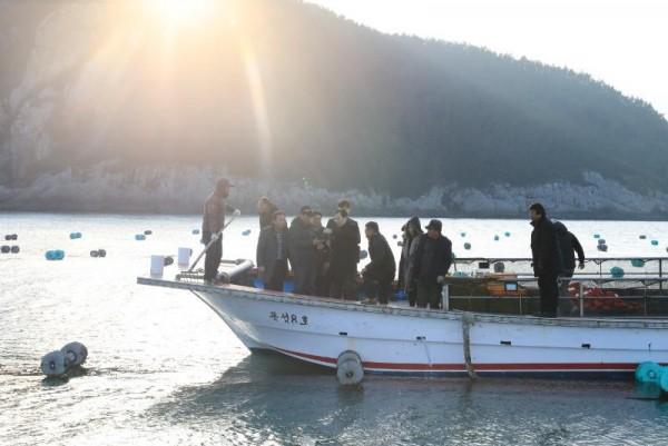 [크기변환]신우철 완도군수는 김 생산 시기를 맞아 어업인들의 노고를 격려하고 애로사항을 청취하고자 소안면 미라리의 김 양식 어장을 방문했다. (1).JPG