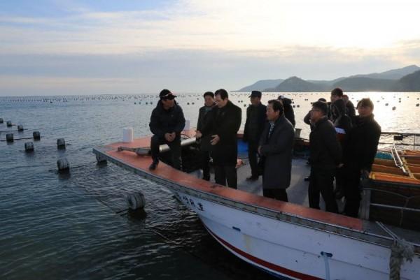 [크기변환]신우철 완도군수는 김 생산 시기를 맞아 어업인들의 노고를 격려하고 애로사항을 청취하고자 소안면 미라리의 김 양식 어장을 방문했다. (2).JPG