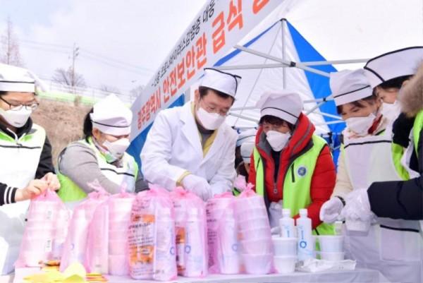 [크기변환]코로나 격리시설 광주소방학교 급식봉사_GJI3635.JPG