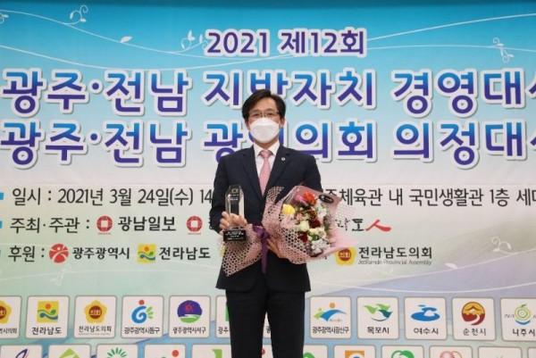 [크기변환]210325 우승희 의원, 의정대상 수상.jpg