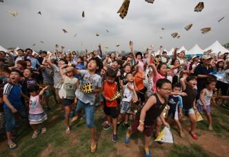 더 멀리! 더 오래! 서울시, <한강 종이비행기축제> 참여자 모집